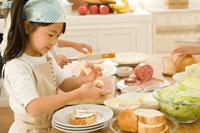 キッチンで料理を作る日本人の女の子たち