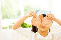 キッチンで料理の準備をする日本人の女の子