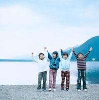 湖畔で手を繋いではしゃぐ4人の男の子 30702000019| 写真素材・ストックフォト・画像・イラスト素材|アマナイメージズ