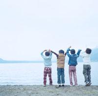 湖畔で手を繋いではしゃぐ4人の男の子 30702000020| 写真素材・ストックフォト・画像・イラスト素材|アマナイメージズ