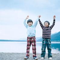 湖畔で手を繋いではしゃぐ2人の男の子 30702000021| 写真素材・ストックフォト・画像・イラスト素材|アマナイメージズ