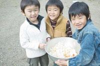 カレーの材料が入ったボールを持つ3人の男の子