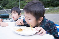 屋外でカレーライスを食べる男の子 30702000078| 写真素材・ストックフォト・画像・イラスト素材|アマナイメージズ