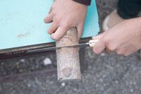 木の工作をする男の子の手元