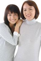寄り添う母と娘のポートレート