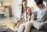 ソファーで会話する3人家族 33000000014| 写真素材・ストックフォト・画像・イラスト素材|アマナイメージズ