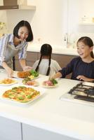 キッチンで食事を用意する親子