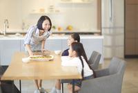 テーブルで笑い合う母と姉妹