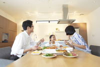家族3人での食事シーン