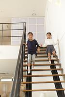 階段を駆け降りる姉妹