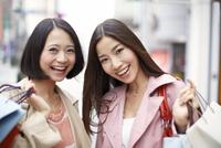 ショッピング中の女性二人のポートレート