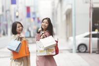 ショッピング中に振り向く女性二人のポートレート