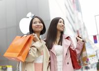 買い物中に街角に立つ女性二人