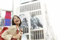 街角で横を向いて微笑む女性