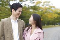 公園で見つめあって笑うカップル 33000000189| 写真素材・ストックフォト・画像・イラスト素材|アマナイメージズ