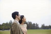 遠くを見て微笑むカップル 33000000192| 写真素材・ストックフォト・画像・イラスト素材|アマナイメージズ