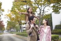 肩車して遊歩道を歩く家族 33000000193| 写真素材・ストックフォト・画像・イラスト素材|アマナイメージズ