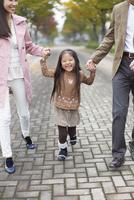 両親と手をつないで喜ぶ女の子 33000000196| 写真素材・ストックフォト・画像・イラスト素材|アマナイメージズ