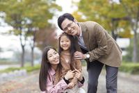 遊歩道で微笑む家族のスナップ