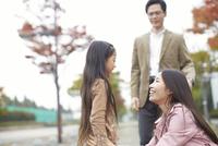 見つめ合って微笑む母娘と見守るお父さん