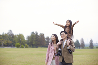 公園で肩車して遠くを見る家族
