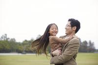 公園で父に抱かれて微笑む女の子