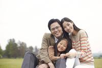 公園で座って笑う家族のスナップ