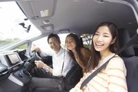 車中で微笑む家族のスナップ 33000000224| 写真素材・ストックフォト・画像・イラスト素材|アマナイメージズ