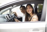 車中で微笑むカップルのスナップ