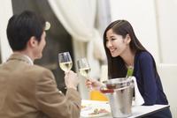 レストランでワインを手に語らうカップル 33000000231| 写真素材・ストックフォト・画像・イラスト素材|アマナイメージズ