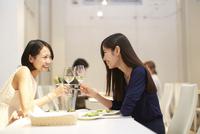 レストランで乾杯する女性二人