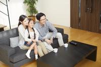 テレビを見る家族 33000000275| 写真素材・ストックフォト・画像・イラスト素材|アマナイメージズ