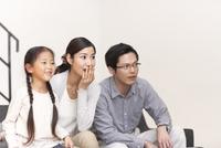 テレビを見ながら驚く家族 33000000276| 写真素材・ストックフォト・画像・イラスト素材|アマナイメージズ