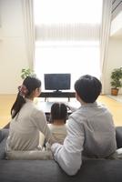 テレビを見る家族の後ろ姿 33000000278| 写真素材・ストックフォト・画像・イラスト素材|アマナイメージズ