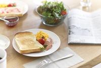 朝刊とパンやサラダなど朝食イメージ