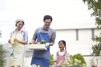 ガーデニングをするために歩く家族 33000000325| 写真素材・ストックフォト・画像・イラスト素材|アマナイメージズ