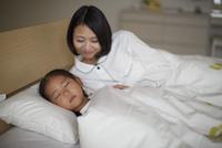眠る子を見守る母親