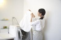 洗濯ものをみる主婦 33000000352| 写真素材・ストックフォト・画像・イラスト素材|アマナイメージズ