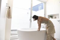 お風呂を洗う主婦 33000000357| 写真素材・ストックフォト・画像・イラスト素材|アマナイメージズ