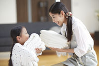 バスタオルを抱いて微笑み合う親子 33000000361| 写真素材・ストックフォト・画像・イラスト素材|アマナイメージズ
