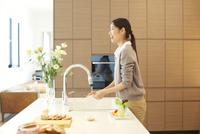 台所で皿を洗う女性