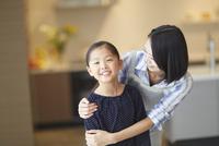 母に肩を抱かれる女の子のスナップ 33000000414| 写真素材・ストックフォト・画像・イラスト素材|アマナイメージズ