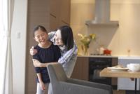 母に肩を抱かれながら笑う女の子 33000000416| 写真素材・ストックフォト・画像・イラスト素材|アマナイメージズ