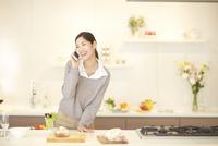 スマートフォンで話しながら笑う女性