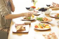 ワインのある食事を楽しむ女性の手