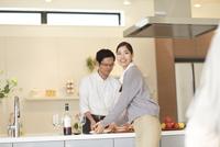 キッチンから食事を運ぼうとする女性