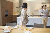 食事を運びながら会話する女性二人