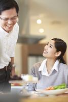 料理を前に笑顔で会話する男女
