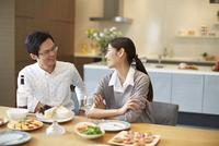 料理を前に会話する男女