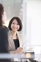打合せをするビジネス女性 33000000518| 写真素材・ストックフォト・画像・イラスト素材|アマナイメージズ
